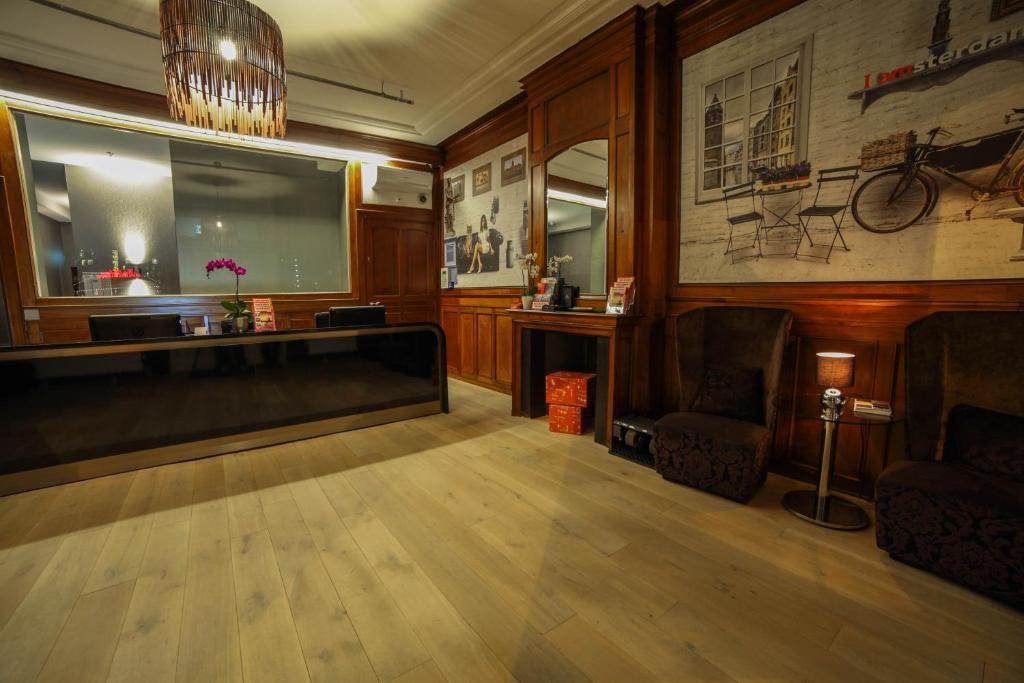 De lobby of receptie bij Hotel Mansion