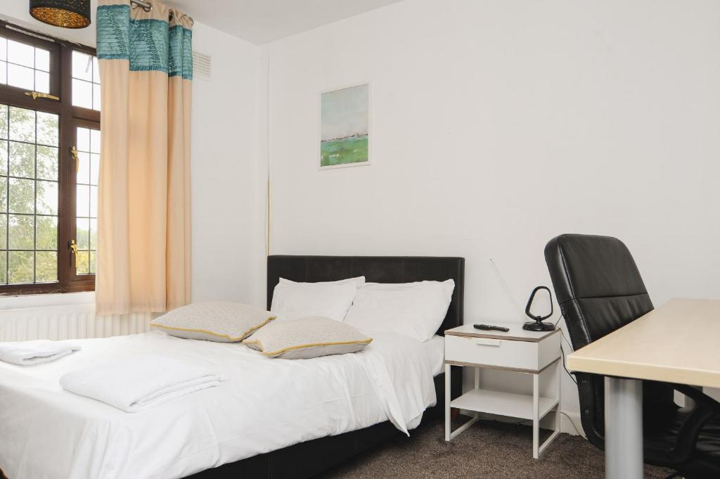 A bed or beds in a room at Coventry Deluxe Rooms by Paymán Club