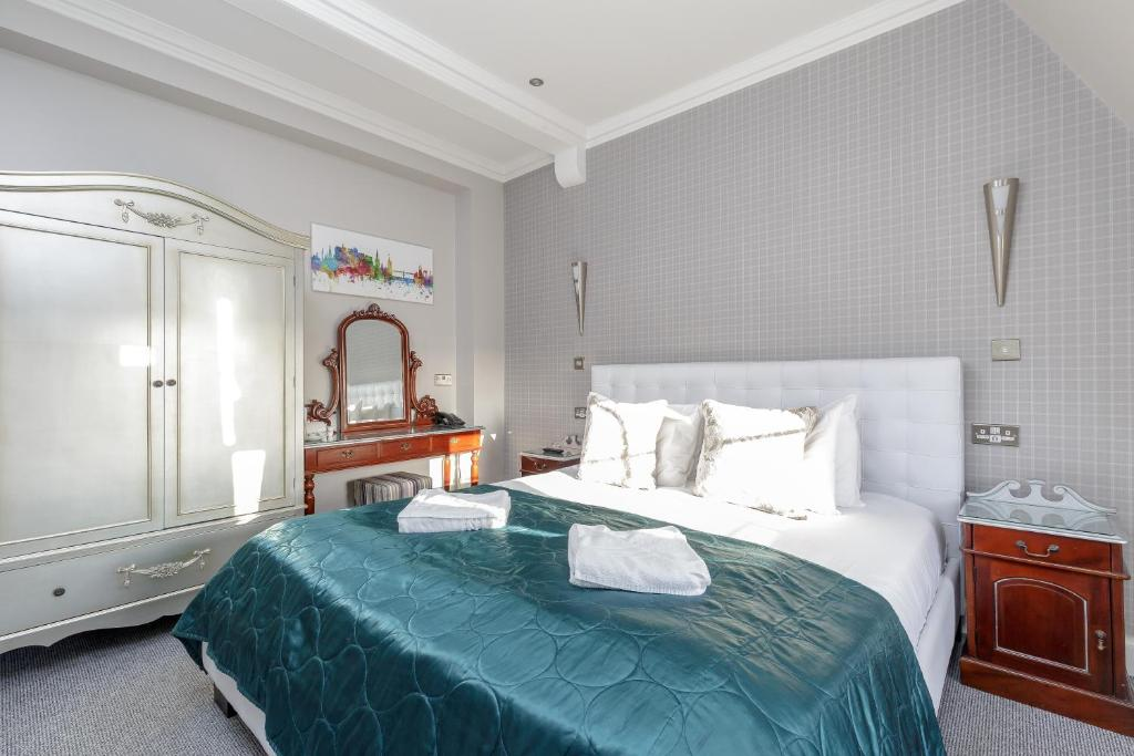 A bed or beds in a room at The Inverleith