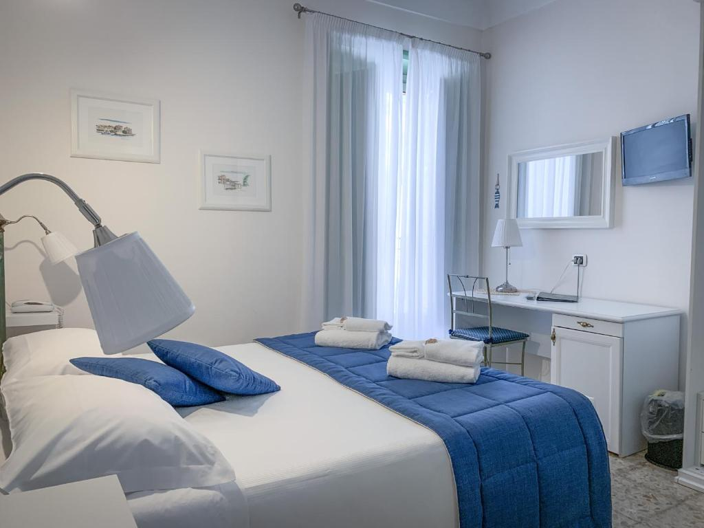 A bed or beds in a room at Hotel Posta