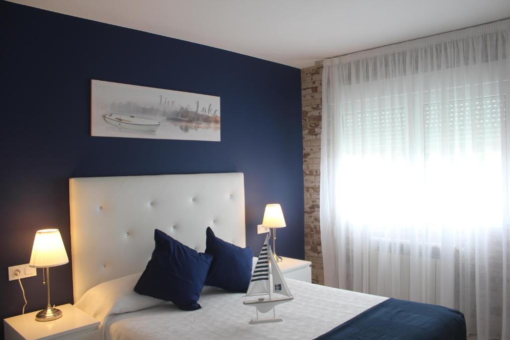 A bed or beds in a room at Pension Playa de Sardiñeiro