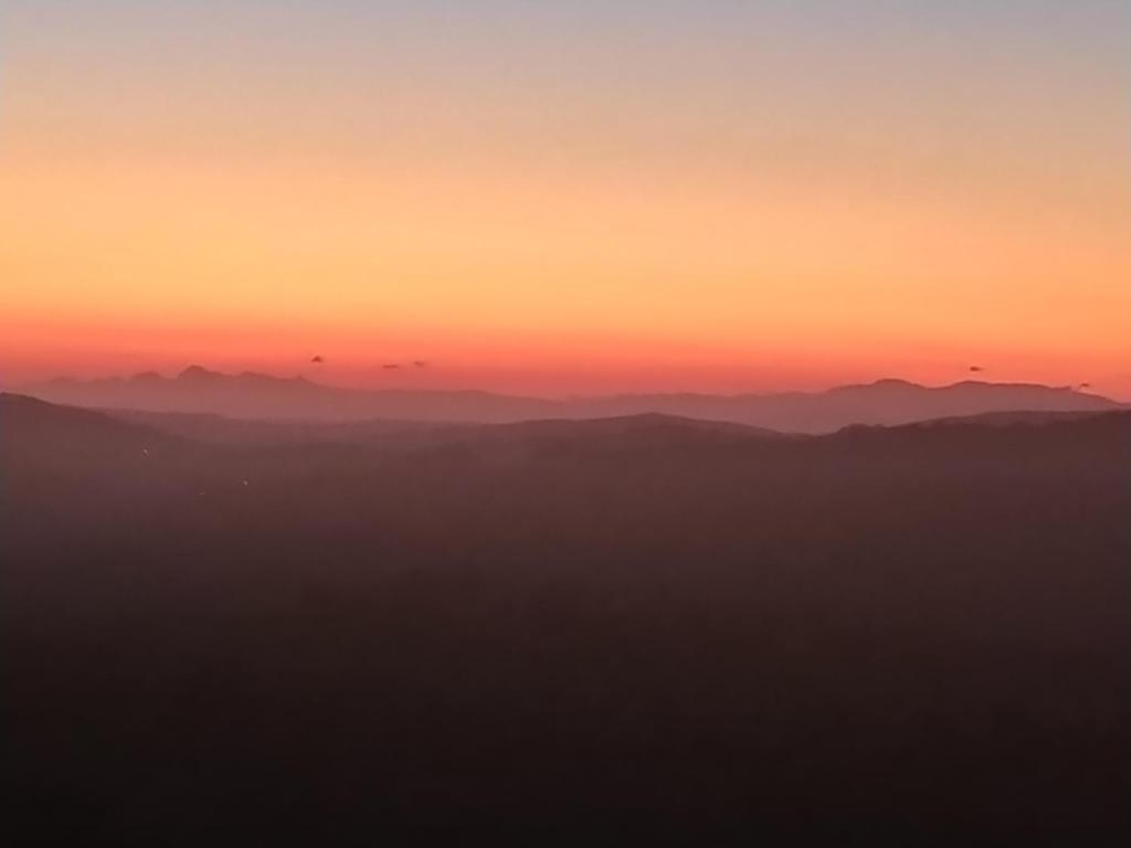 Matahari terbit atau terbenam yang terlihat dari bed & breakfast