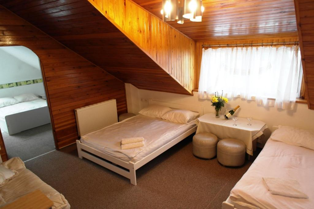 A bed or beds in a room at Poddasze