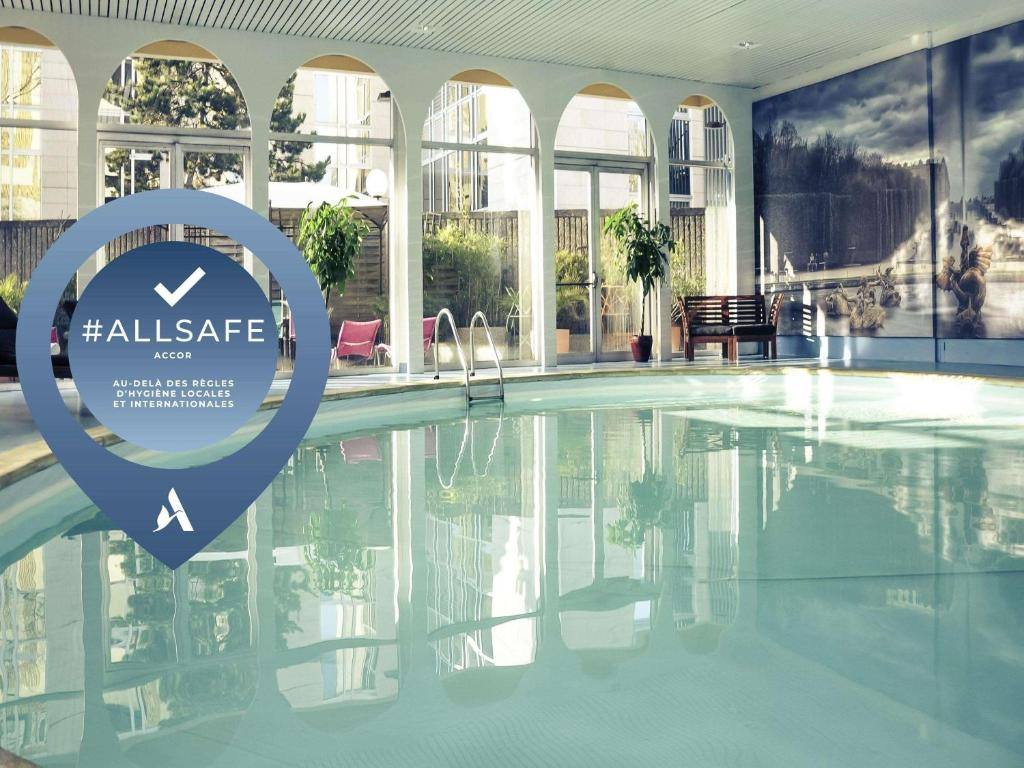 The swimming pool at or close to Mercure Paris Velizy