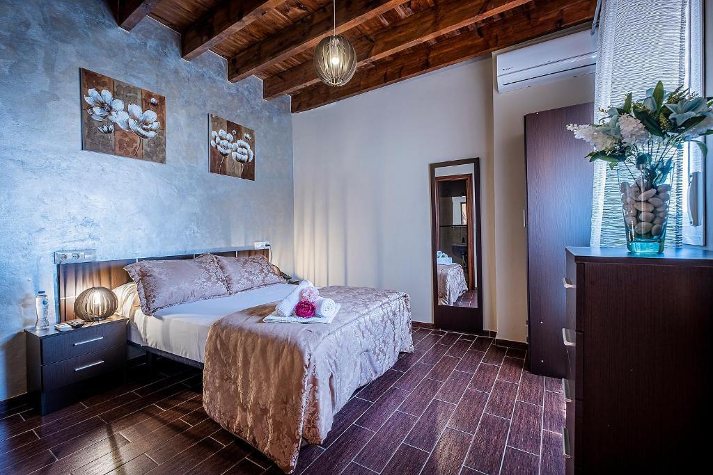 Un ou plusieurs lits dans un hébergement de l'établissement Noches de Triana