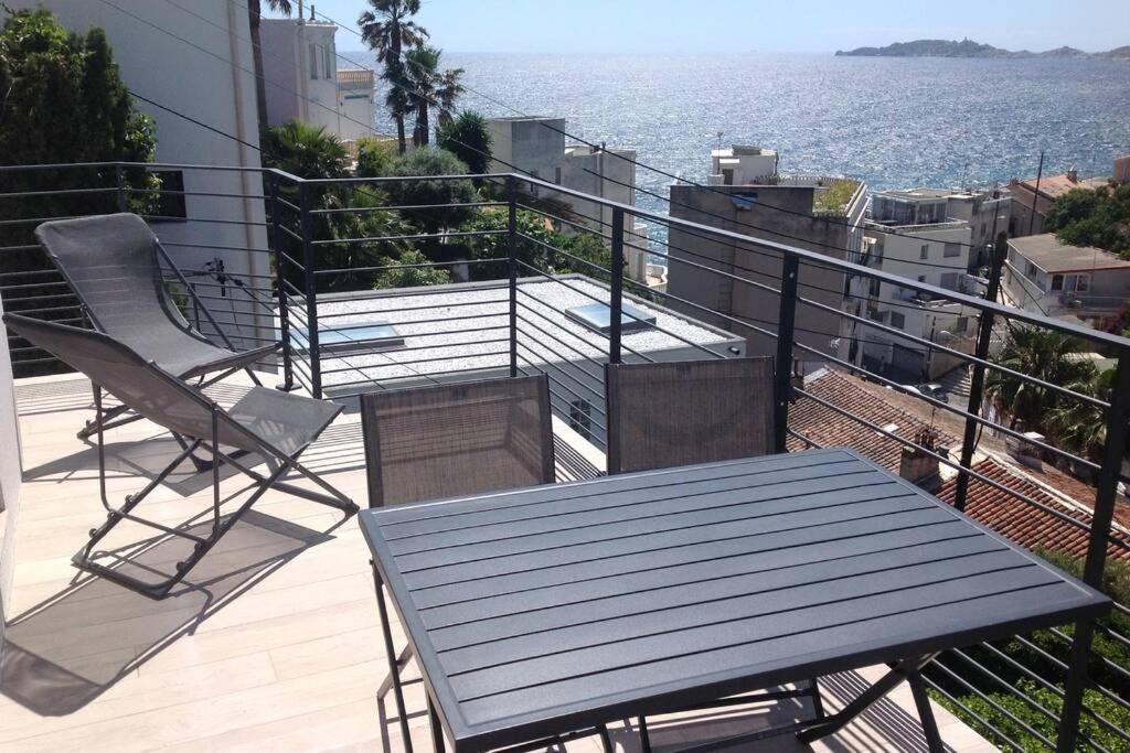 A balcony or terrace at Suite sur la mer Marseille Corniche