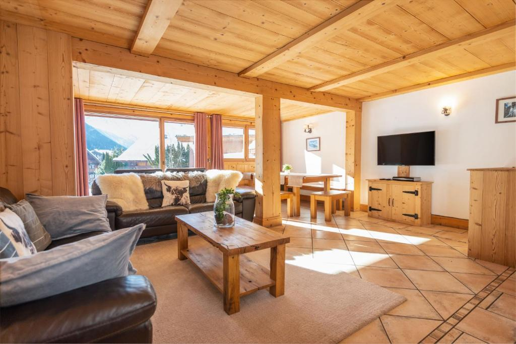 A seating area at Yeti Lodge Chalets & Apartments