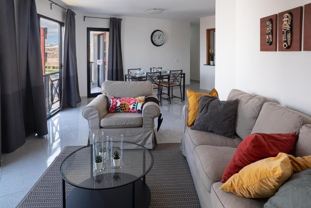 A seating area at Mc Apartments