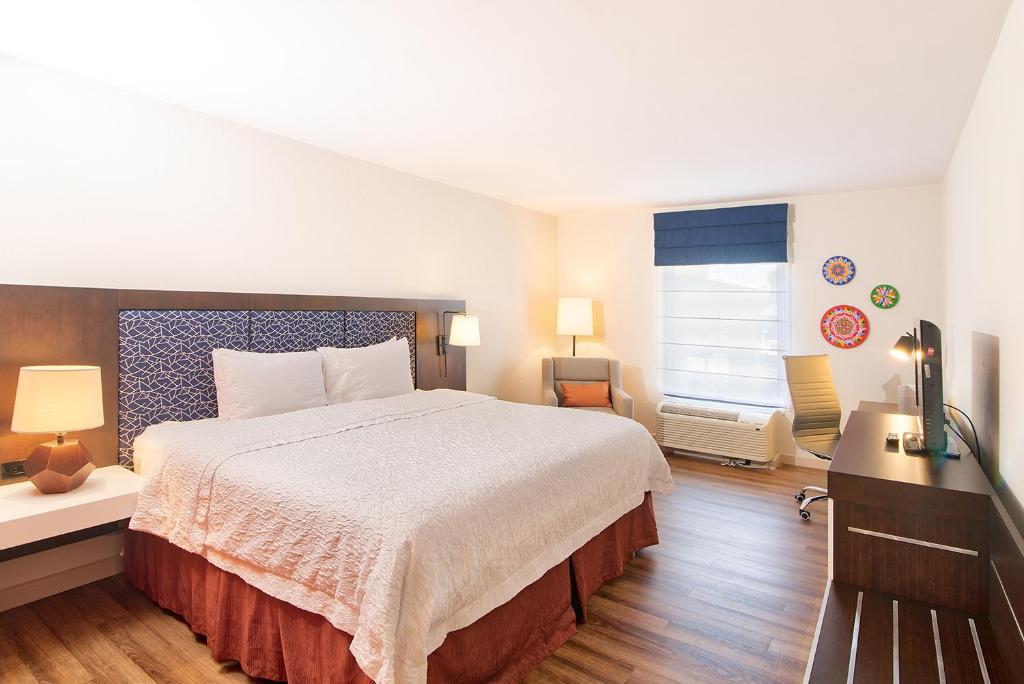 A room at the Hampton Inn & Suites San Jose Airport.
