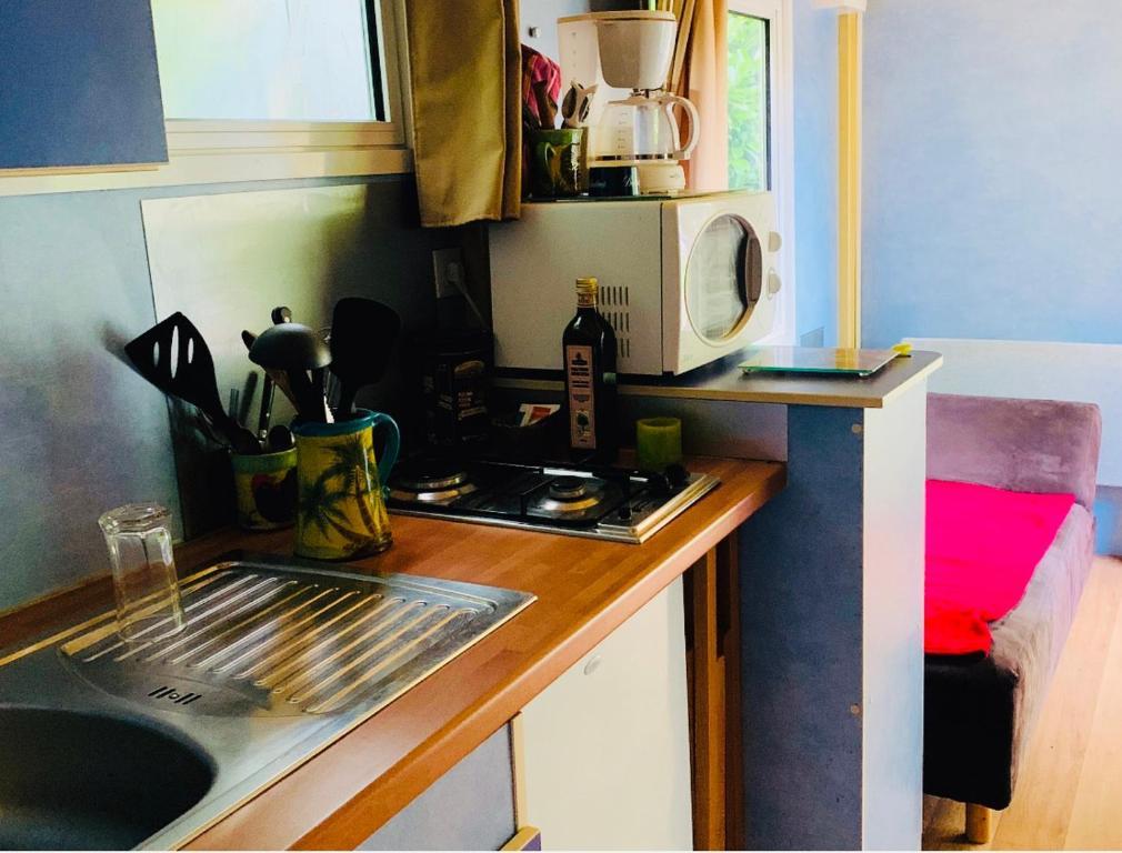 Cuisine ou kitchenette dans l'établissement Roulotte la gardienne