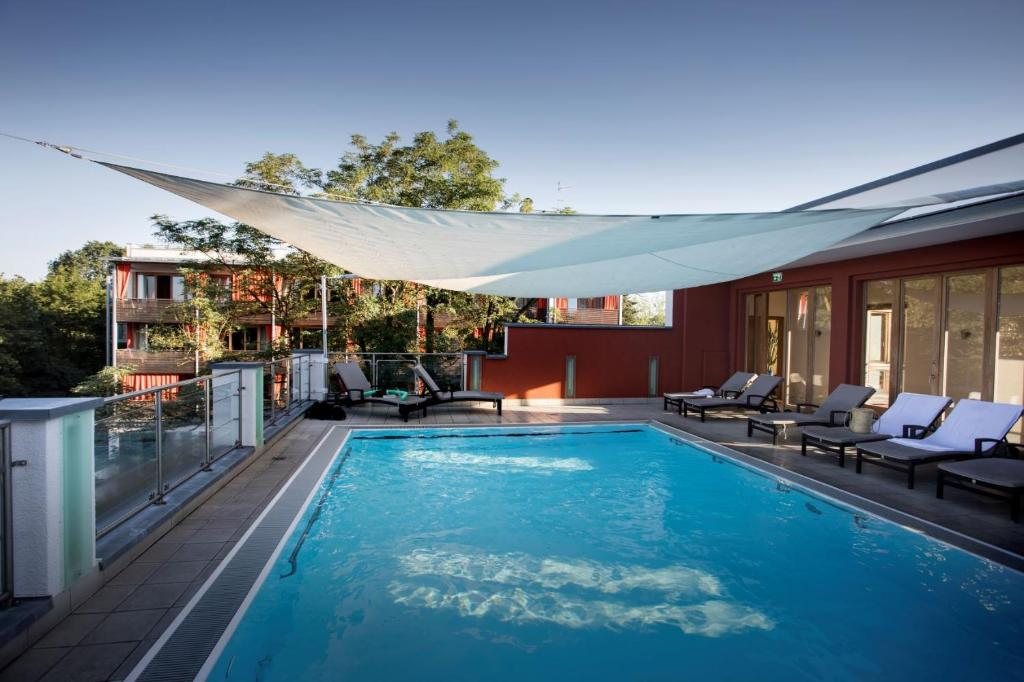 Der Swimmingpool an oder in der Nähe von Bio Thermalhotel Falkenhof