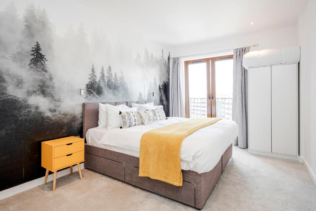 A bed or beds in a room at Luxury St Albans 1 Bedroom Serviced Apartment - FREE WiFi - Parking Available - 17 mins to Central London
