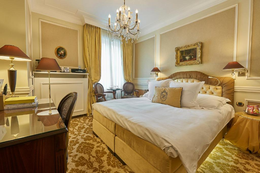 A bed or beds in a room at Relais & Châteaux Hotel Heritage