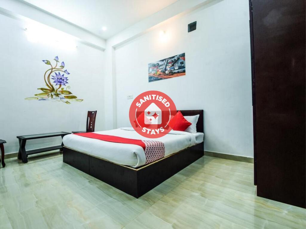 A bed or beds in a room at OYO 10682 Hotel Blue Lotus