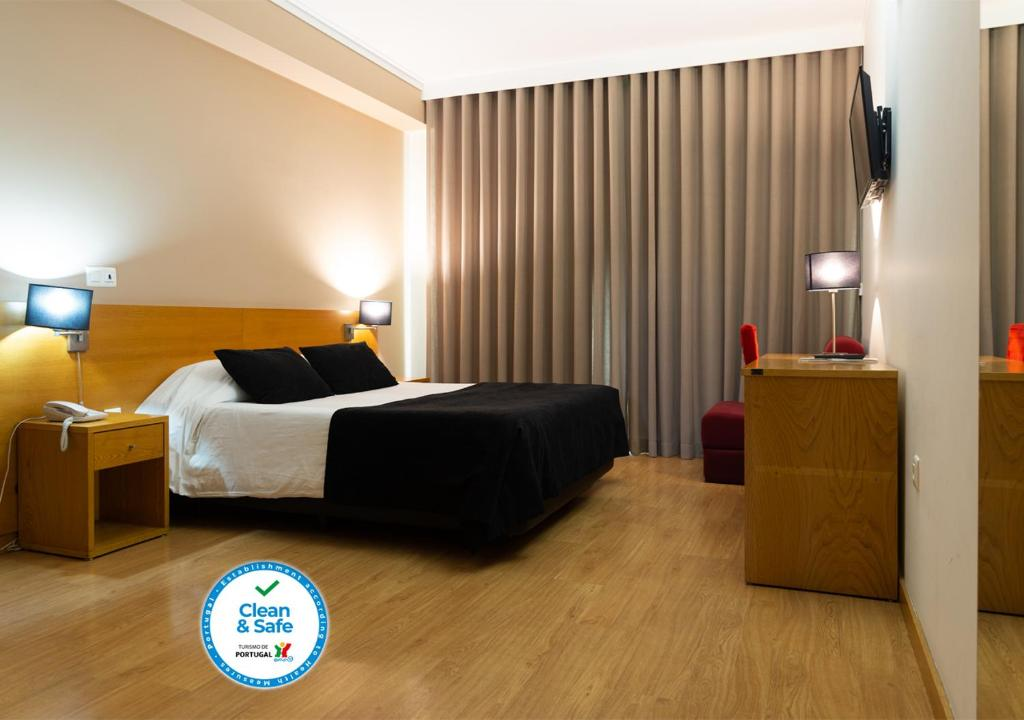 A bed or beds in a room at Hotel Durao