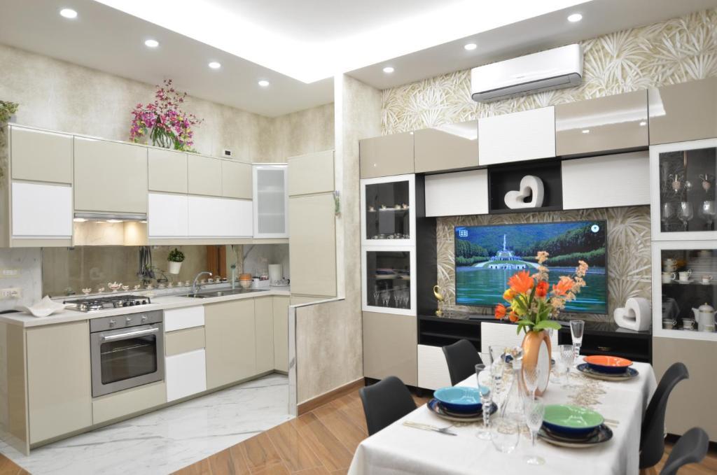 A kitchen or kitchenette at CASERTA DELUXE BIS
