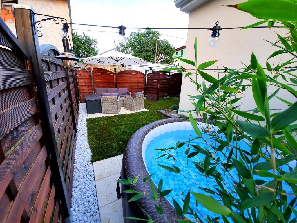 Pogled na bazen v nastanitvi Apartment Guesthouse NOSTALGIA with jacuzzi, solar shower and BBQ oz. v okolici