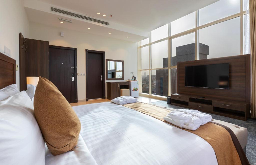 Uma TV ou centro de entretenimento em صبا للشقق الفندقيه