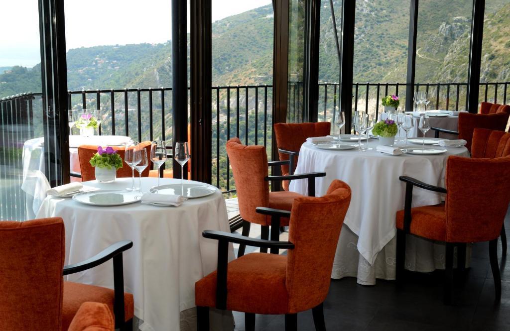 Een restaurant of ander eetgelegenheid bij Chateau Eza