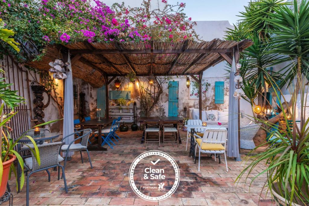 A restaurant or other place to eat at Casa dos Arcos - Charm Guesthouse