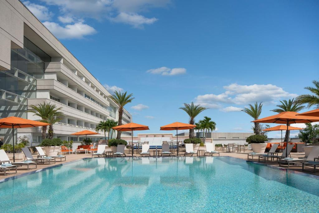 The swimming pool at or close to Hyatt Regency Orlando International Airport Hotel