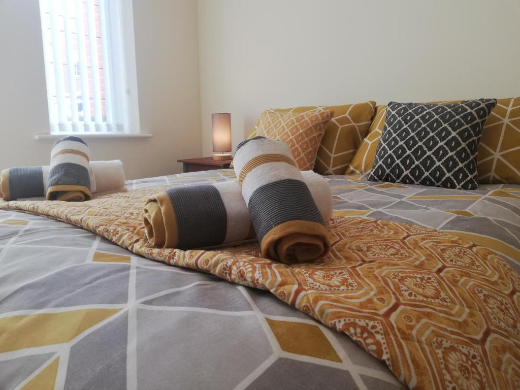 A bed or beds in a room at The Round House - APARTMENT - Cleethorpes, New Waltham, Grimsby