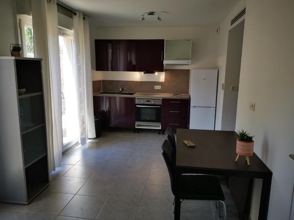 A kitchen or kitchenette at Logement entier avec terrasse ensoleillé