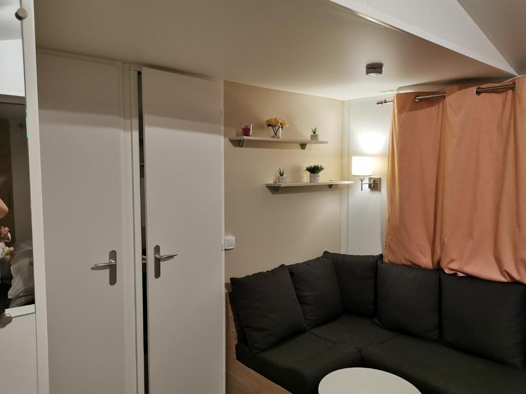 Salle de bains dans l'établissement Mobil home près de Omaha Beach