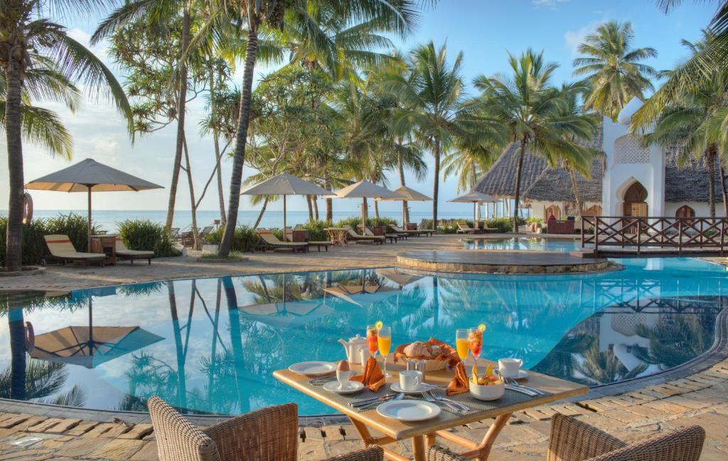 Het zwembad bij of vlak bij Sultan Sands Island Resort