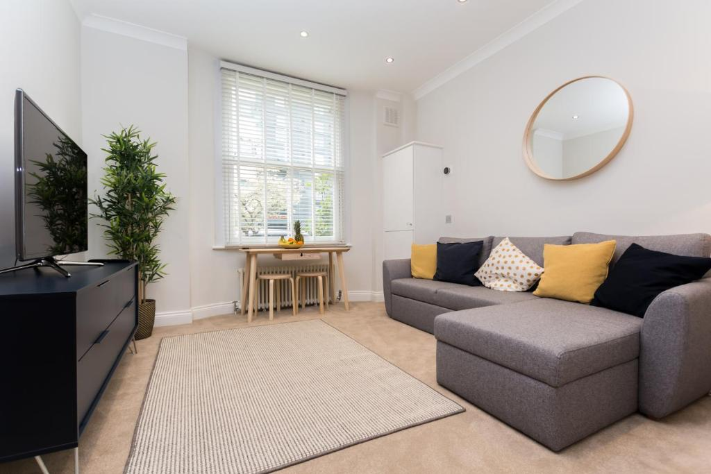A seating area at Caledonian Bright One-Bedroom Apartment with Private Decked Garden