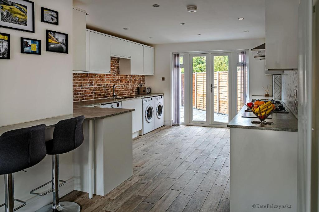 A kitchen or kitchenette at Contractors Delight Near Luton Airport