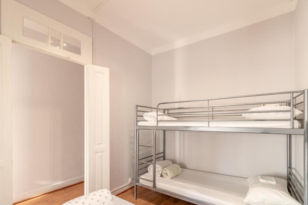A bunk bed or bunk beds in a room at Albergue Rosa de Abreu