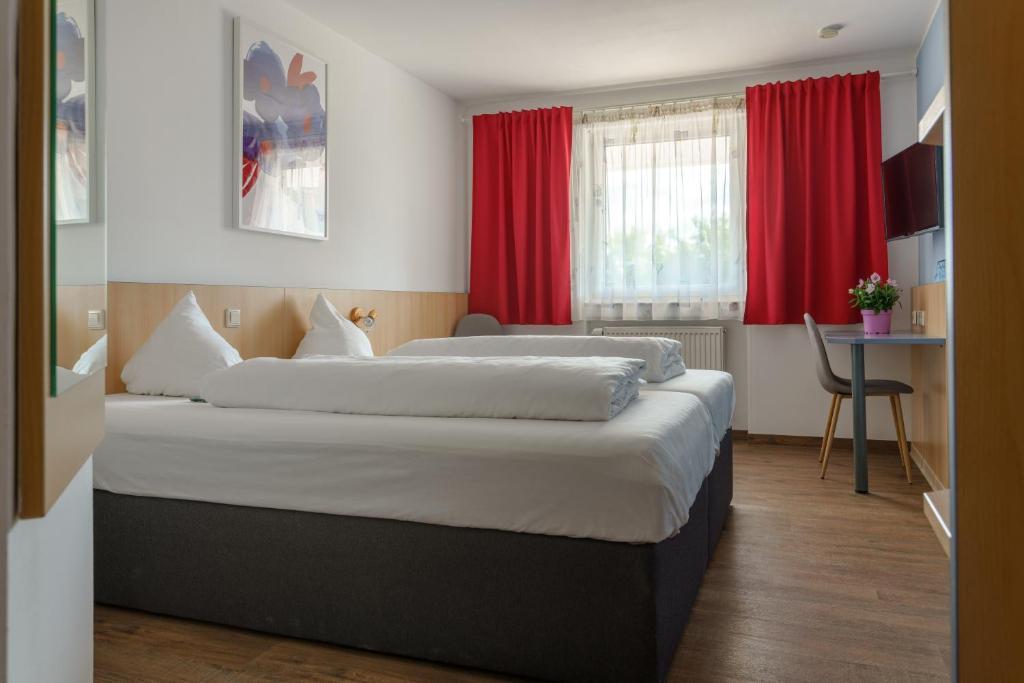 A bed or beds in a room at Motel Drei König- Ihr Transithotel