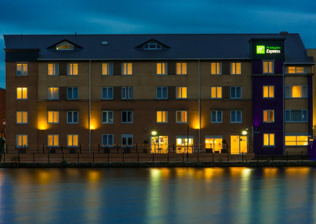 Holiday Inn Express CARDIFF BAY - Laterooms