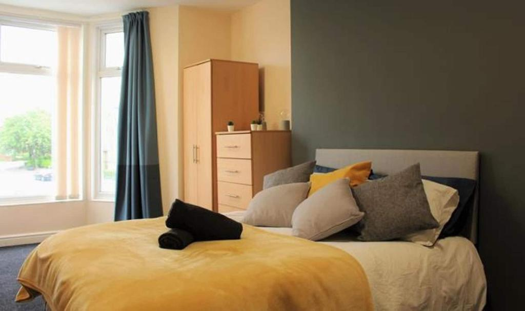 A bed or beds in a room at CONTEMPORARY APARTMENT HEATON, CLOSE To AMENITIES EXCELLENT TRAVEL LINKS, FULLY SERVICED