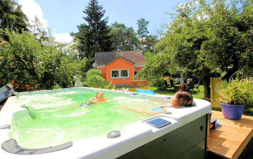 The swimming pool at or near Wohlfühlferienhaus Berlin- Wellness, Pool beheizt, Sauna, Spielplatz