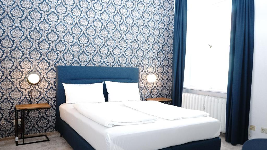 A bed or beds in a room at Hotel Comet am Kurfürstendamm
