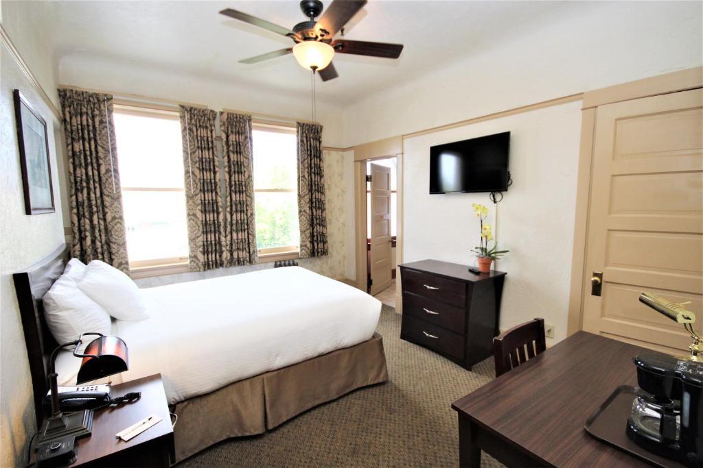 A room at the Hotel Arcata.