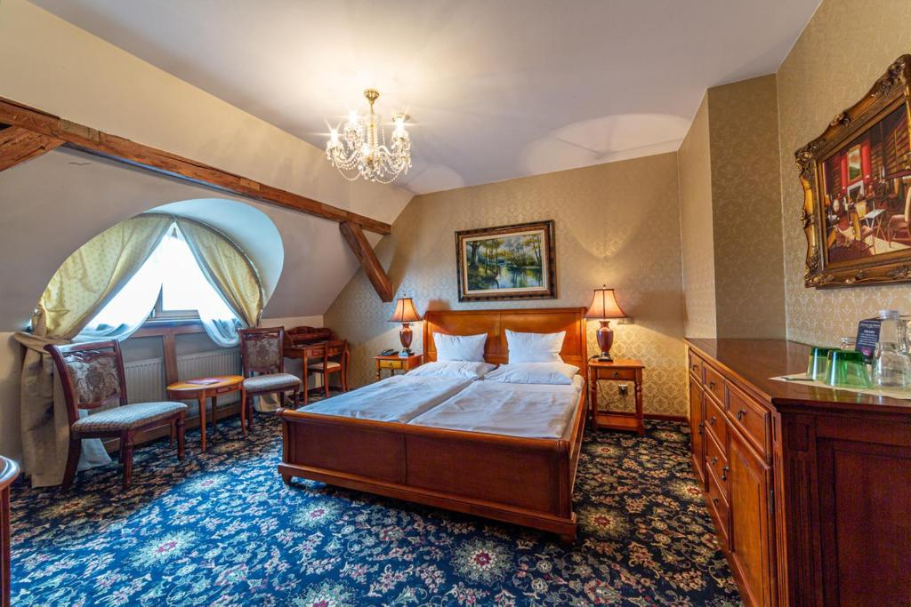 A bed or beds in a room at Chateau Zbiroh