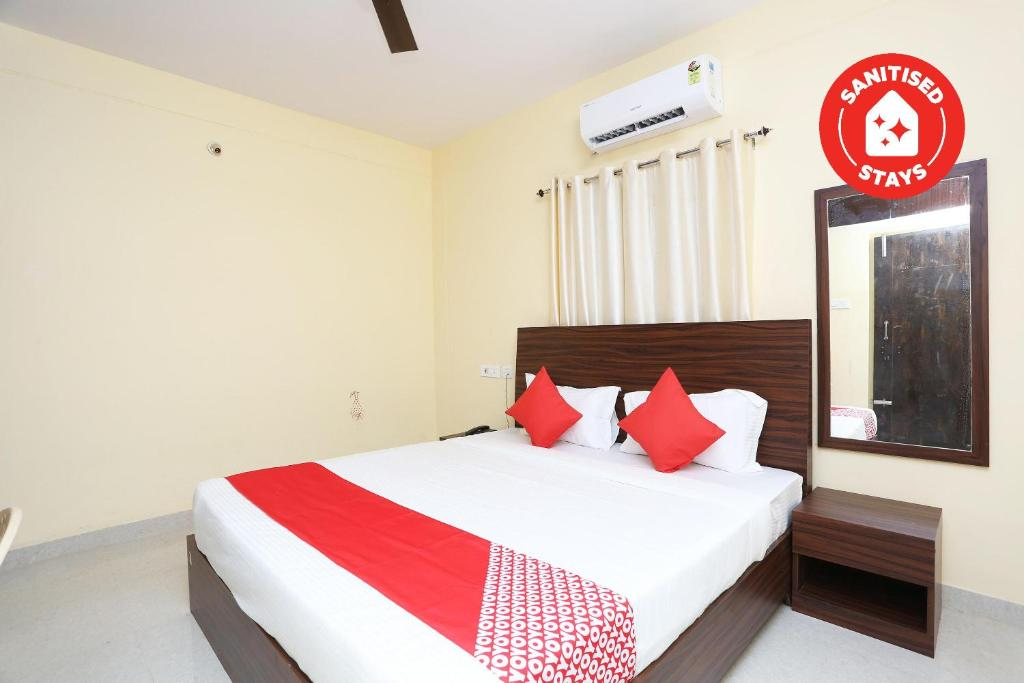 A bed or beds in a room at OYO 40638 Hotel Turmeric Leaf