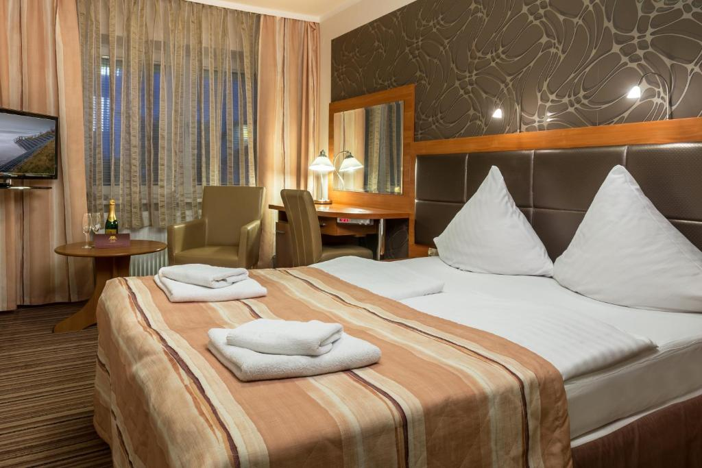 Łóżko lub łóżka w pokoju w obiekcie Hotel ARA - Dancing Club Restauracja ARA