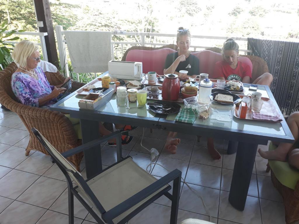 Um restaurante ou outro lugar para comer em Manava Tahara'a back packers