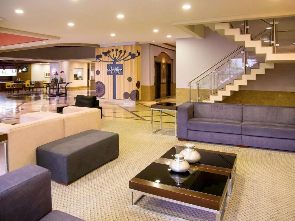 The lobby or reception area at Mercure Curitiba Golden