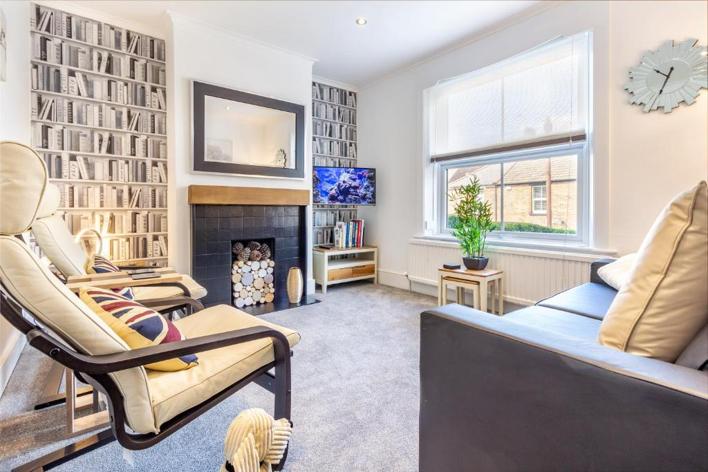 A seating area at Farningham Road - 2 Bedrooms - Guest Homes