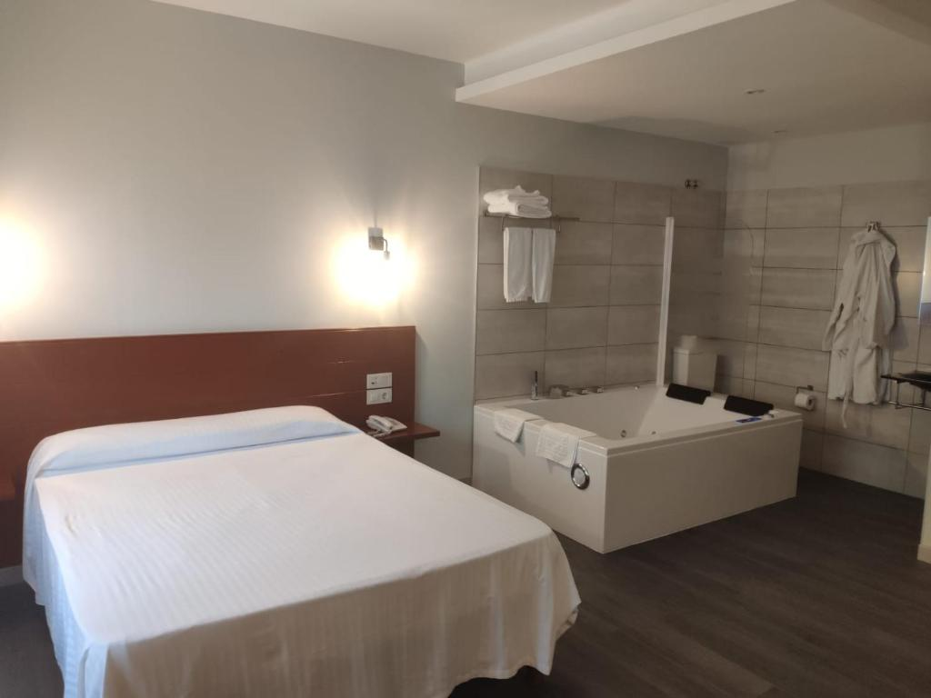 A bed or beds in a room at Motel Caldas
