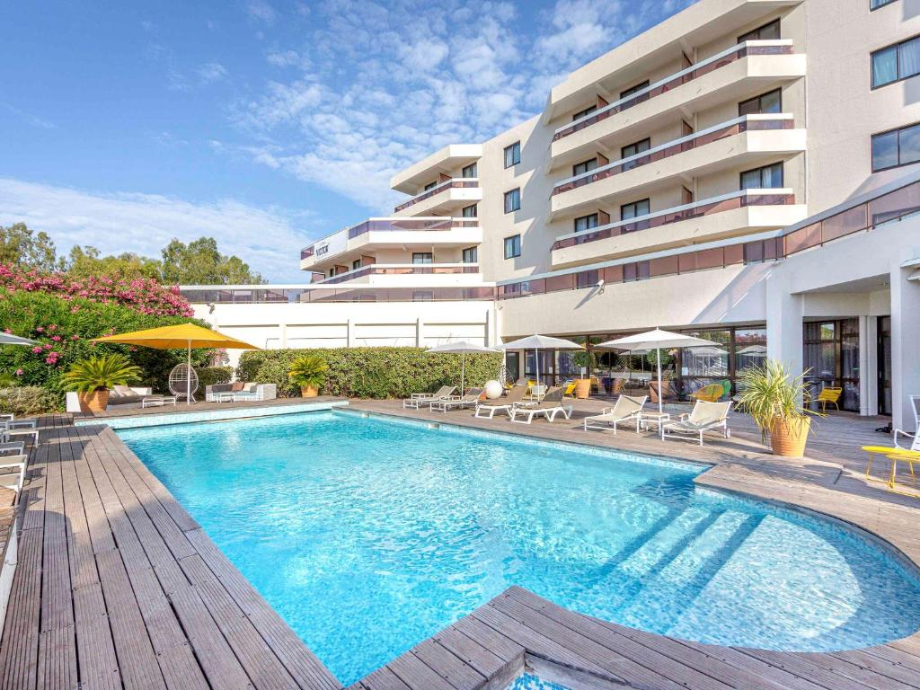 The swimming pool at or near Mercure Hyères Centre Côte d'Azur