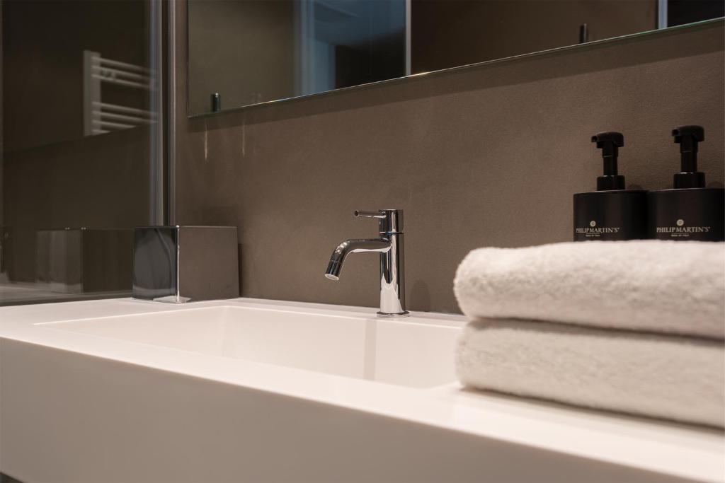 A bathroom at Du Lac Et Du Parc Grand Resort