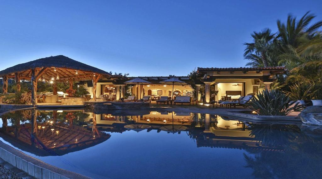 Piscina en o cerca de Phenomenal Villa with Ocean View, Swim-Up Bar, Home Gym and located on a Golf Course
