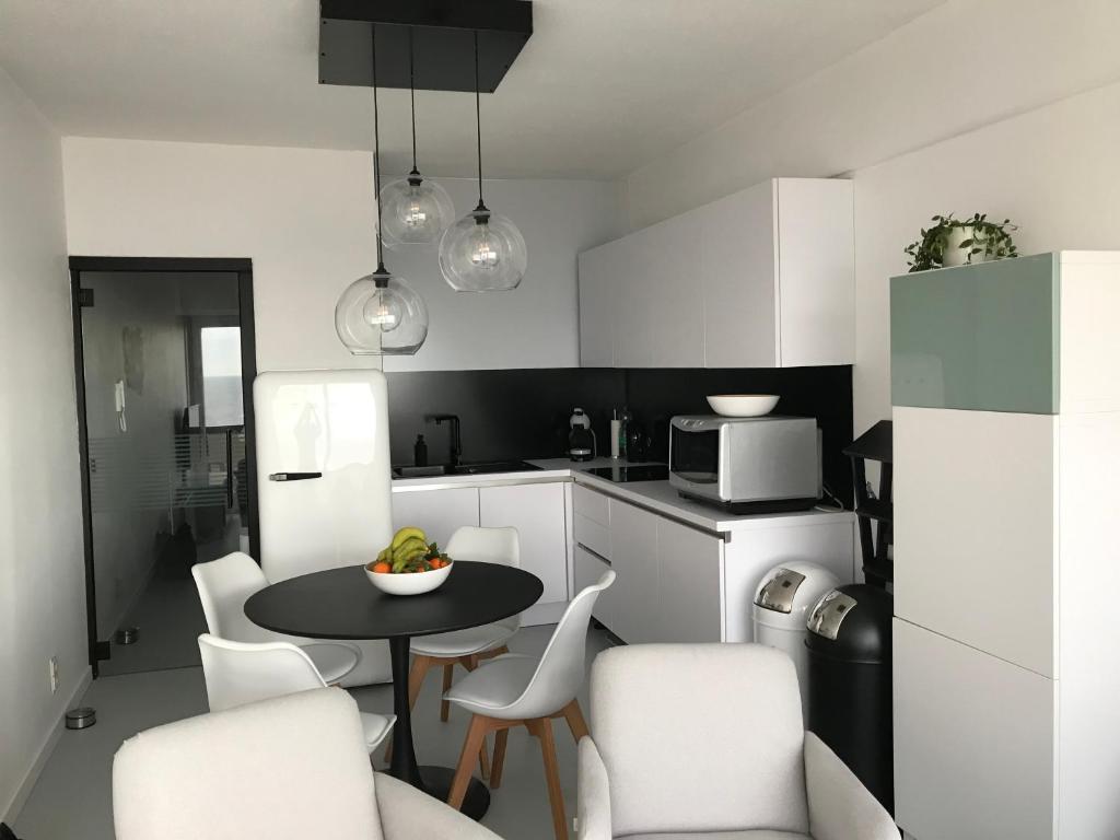 A kitchen or kitchenette at Malibu Beach 9C