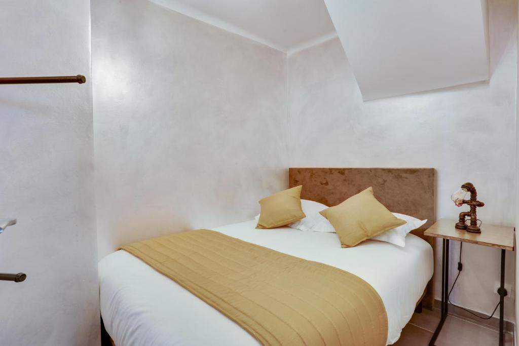 A bed or beds in a room at Roissy Appartements
